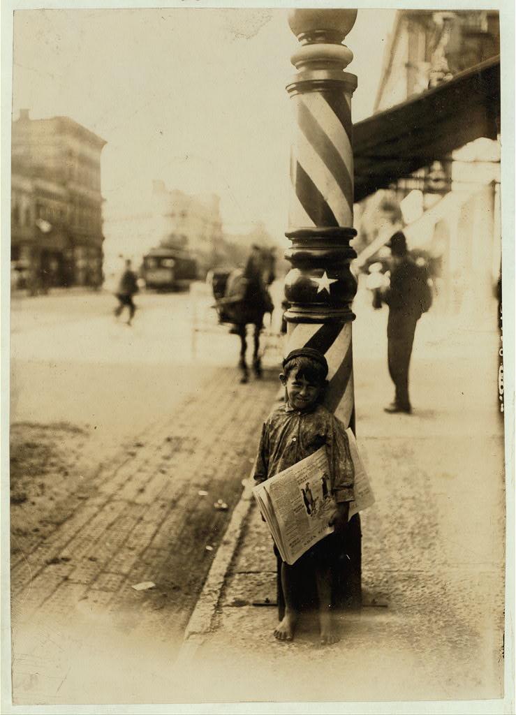 A Little Shaver, Indianapolis Newsboy, alta 41 pollici.  Ha detto che aveva 6 anni.  Agosto, 1908. Il motto di spirito., EN Clopper.  Luogo Indianapolis, Indiana