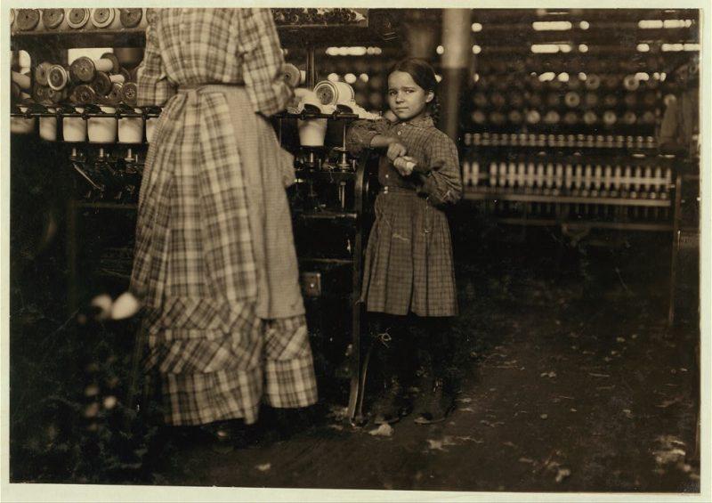 Poco Fannie, 7 anni, alto 48 pollici, aiuta la sorella a Elk Mills.