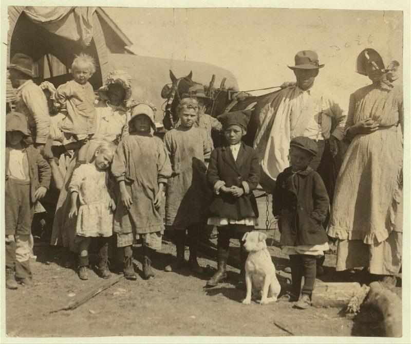 Parte di un gruppo di raccoglitori di cotone itinerante lasciando una fattoria che avevano finito raccogliendo una balla e mezzo da