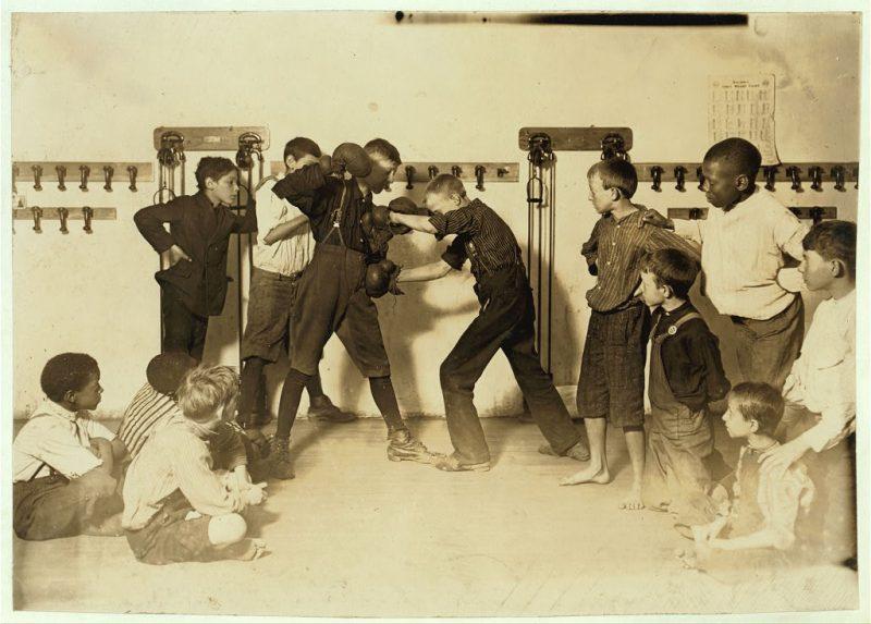 L'arte Manly di associazione di protezione auto-difesa Newsboys '.  Luogo Cincinnati, Ohio.  1910