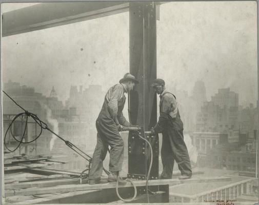 vintage-empire-state-building-costruzione-foto-di-Lewis-Wickes-hine-1931-1918
