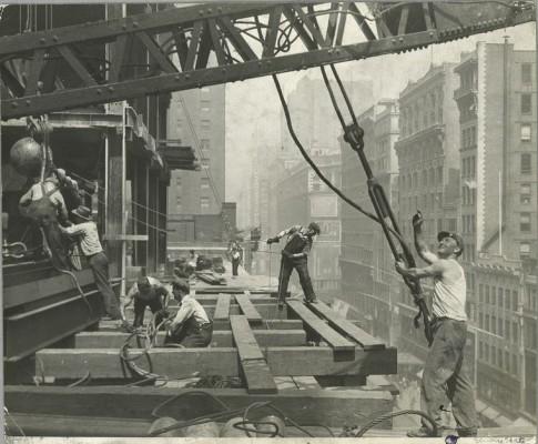 vintage-empire-state-building-costruzione-foto-di-Lewis-Wickes-hine-1931-1930