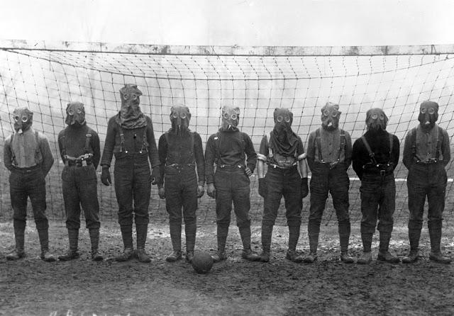 [Obrazek: British-soldiers-play-football-while-wea...France.jpg]