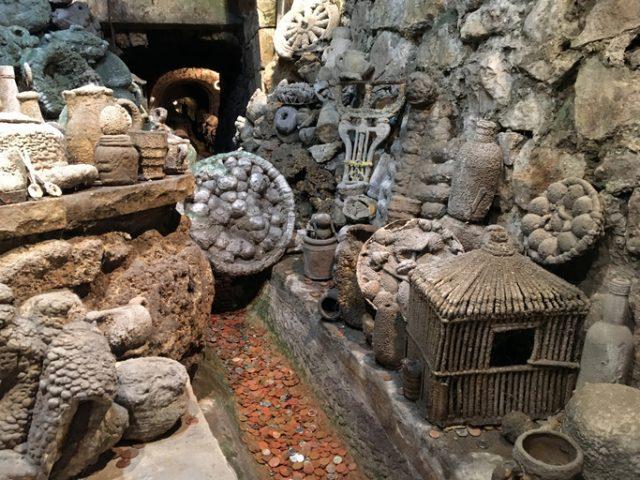 Sumur Membatu di Matlock Bath Aquarium dengan benda-benda yang telah dilapisi oleh mineral dari air. (thevintagenews)