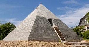 Russian couple pyramid