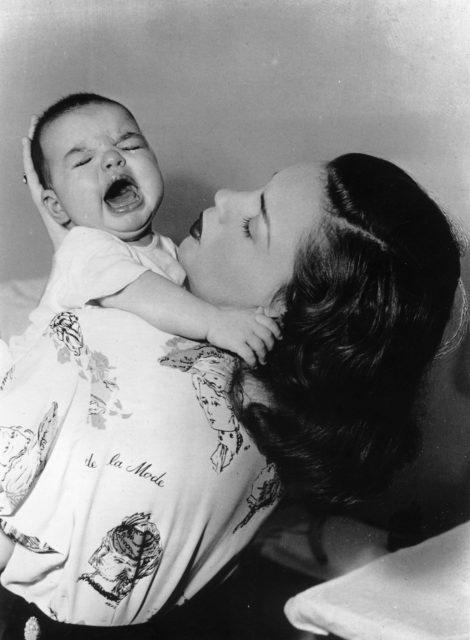 Judy Garland trying to calm baby Liza Minelii, 1947
